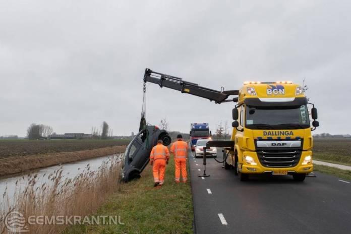 Te water geraakte auto langs de Wijmersweg bij Garrelsweer geborgen