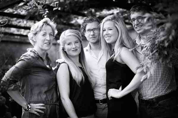 Gezinsfotografie in eigen tuin fotograaf fotostudio familie