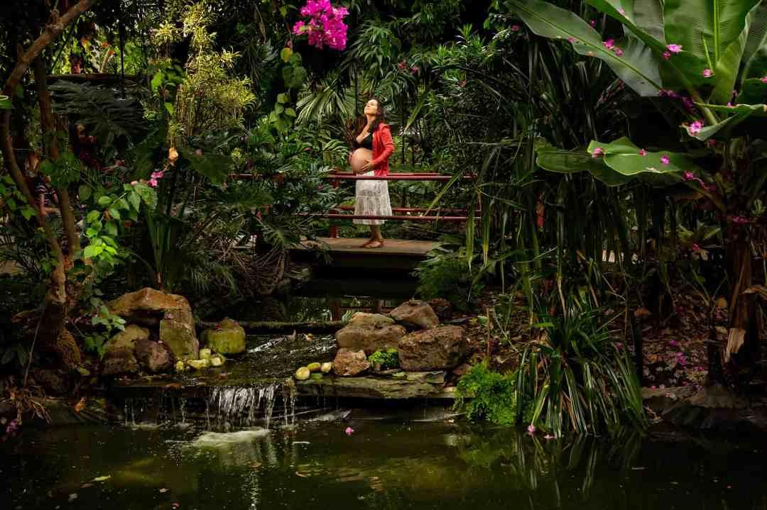 fotoshoot zwangerschap binnen tropische kas