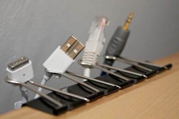 v oorkomen dat kabels van tafel vallen met binder clips