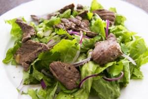 Salade met biefstuk en rode ui