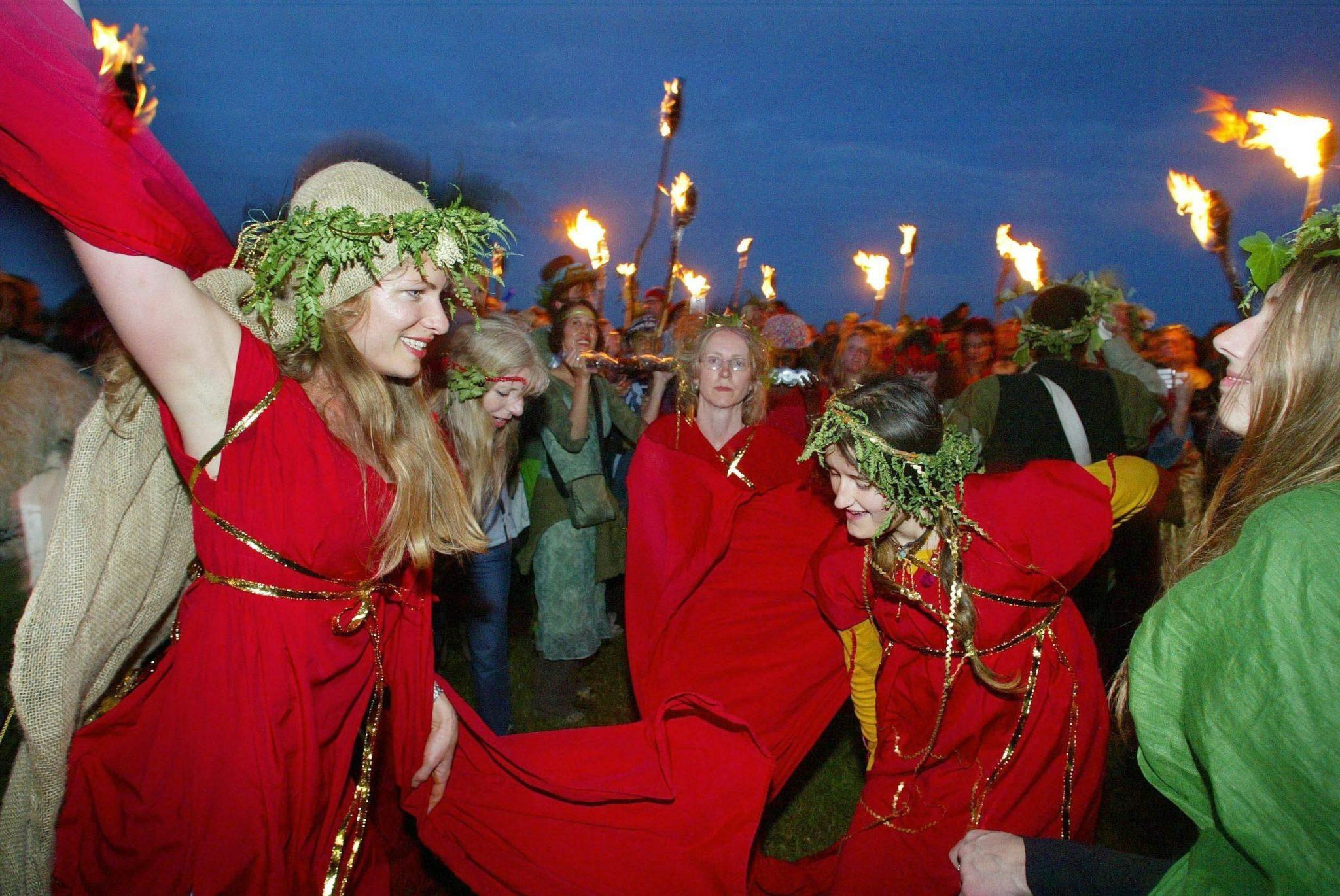 Danza que celebra el solsticio de verano en Stonehenge.EPA PHOTO/PA/CHRIS ISON