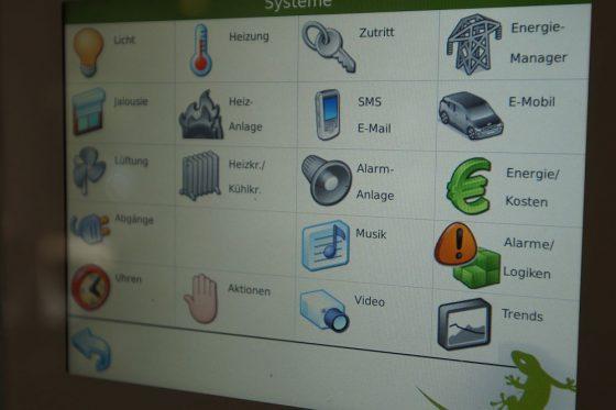 Über das Touchpanel lassen sich die verschiedenen Funktionen von myGEKKO einfach bedienen. Das geht auch über ein Tablet und sogar von unterwegs per Smartphone. (Foto: Markus Burgdorf)