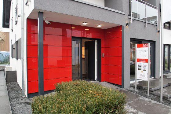 Herzlich willkommen. Im Musterhaus Fellbach werden Hausbauinteressenten kompetent und sehr individuell auf ihre Bedürfnisse hin beraten. (Foto: OKAL Haus GmbH / Markus Burgdorf)