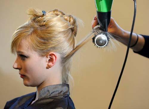 Feniranje kose na volumen podizanjem četke na gore. Četku što više podbijte do korena i vucite iz korena na gore.
