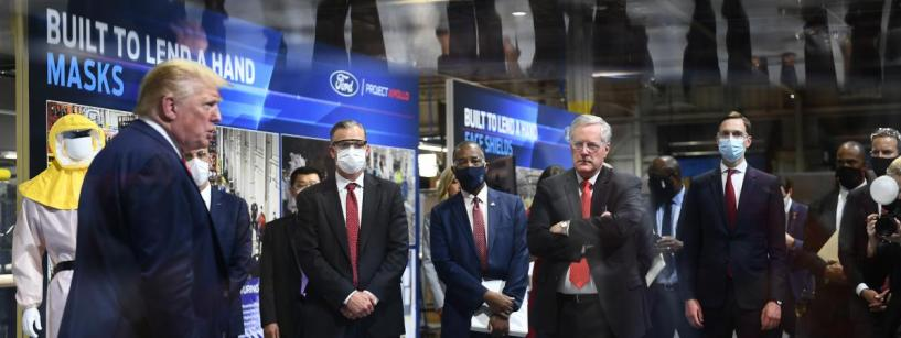Donald Trump refuse de porter un masque devant les caméras lors d'une visite d'usine