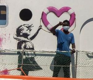 Bloqué en Méditerranée, le bateau humanitaire affrété par l'artiste Banksy appelle à l'aide