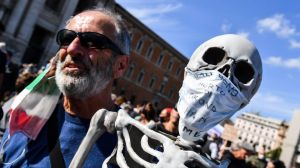 """""""In Trump we trust"""" : des milliers de manifestants anti-masques réunis à Rome et Berlin"""
