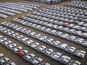 L'envers de la transition écologique : un cimetière de voitures électriques aux alentours de Paris