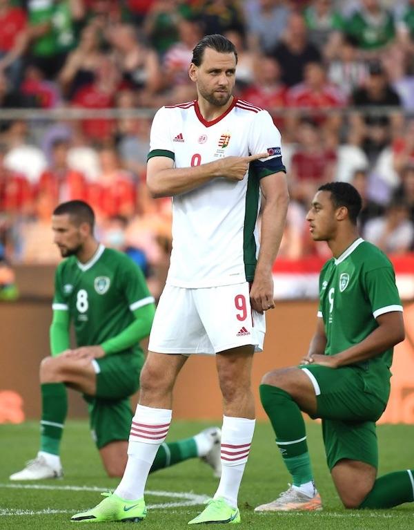 L'équipe de foot irlandaise huée pour avoir mis le genou à terre avant le match
