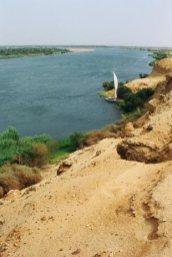 從沙丘向下望,尼羅河兩岸只在百多米地方可供耕作,之後便是一望無際的沙漠。