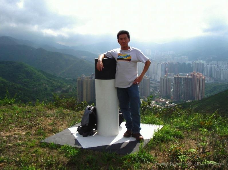 二人再沿石牆向上攀,憑「香港山 X 之友」路標,沿密不透風之樹林向山上進發, 經過重重危險,幾小時後二人終於扺達海拔 515 米山頂。