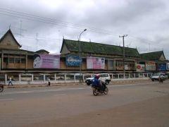 總統府旁是永珍唯一的商場 Morning Market(Shop Ping Mor),據說是寮國唯一的商場,樓高三層,賣的是羅湖商業城一樣的老翻衫褲手袋波鞋 DVD 。