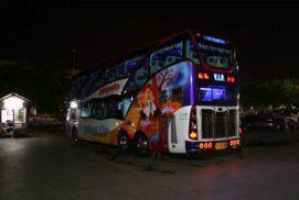 2017 年按:現在已有鐵路來往曼谷和永珍,不用坐這種看似豪華,但十分迫夾、車程又長的遊客巴士了。
