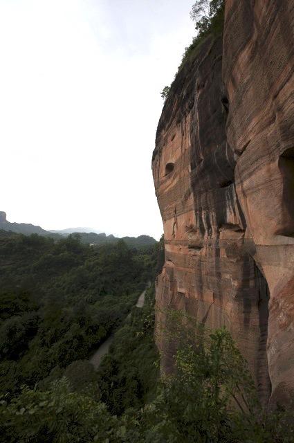 參觀別傳寺後原路折返,繼續往長老峰。山頂可飽覽丹霞山西北面風景,遠眺湖南邊界。