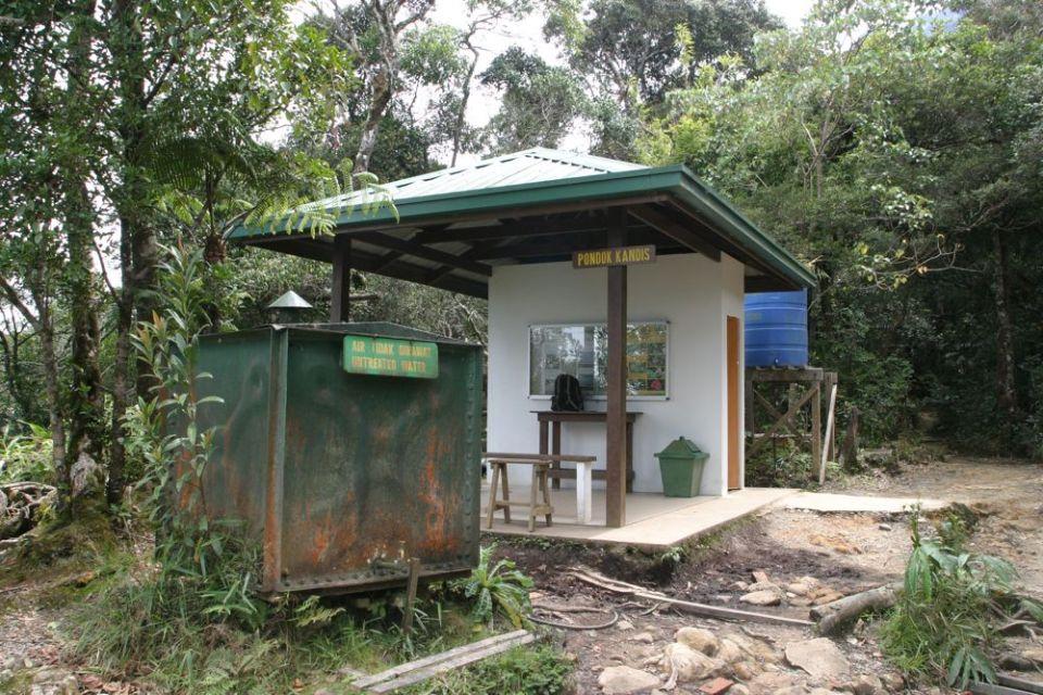 路線上設有幾個休息站,並有水缸收集山水。山水飲唔飲得?我就有飲,其他行山人士都有飲...... 飲就唔駛揹咁大樽水。