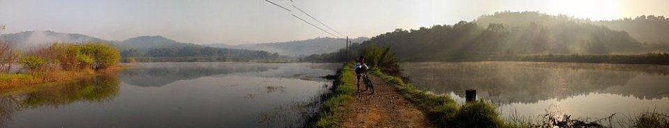 韶關金鏡湖一帶是含鐵紅土,加上早上湖上水氣,景色怡人。