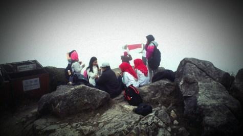 登鳳頂,見一群印尼人高舉國旗,貌似宣示主權。
