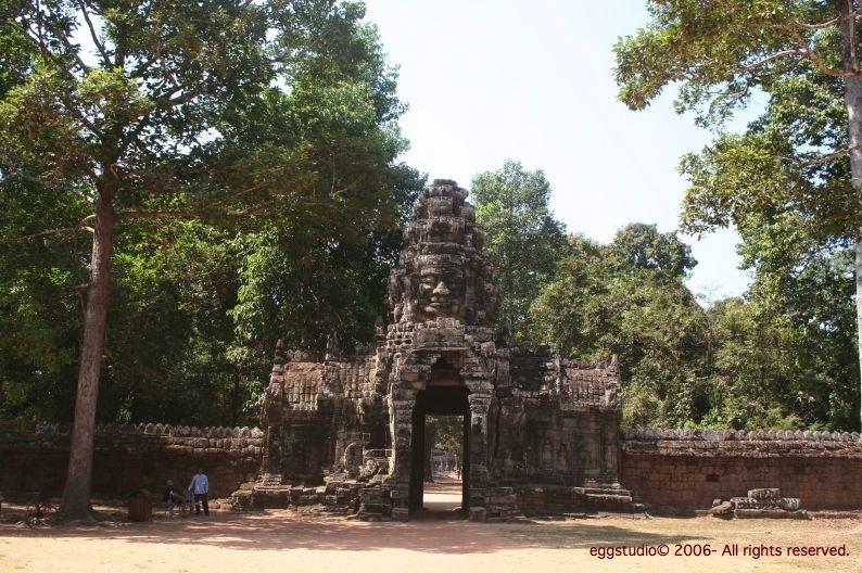 Banteay Kdei Temple 遊人甚少,也沒有管理員,所以爬了上石像頭上......