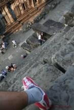 「空中寺廟」雖有樓梯,不過呈 80 度,膽小、體力差的人不敢爬上來,也有人爬了上去但不敢爬下來。