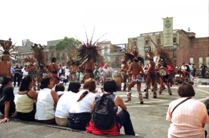 Zocalo 廣場上經常有人載歌載舞。