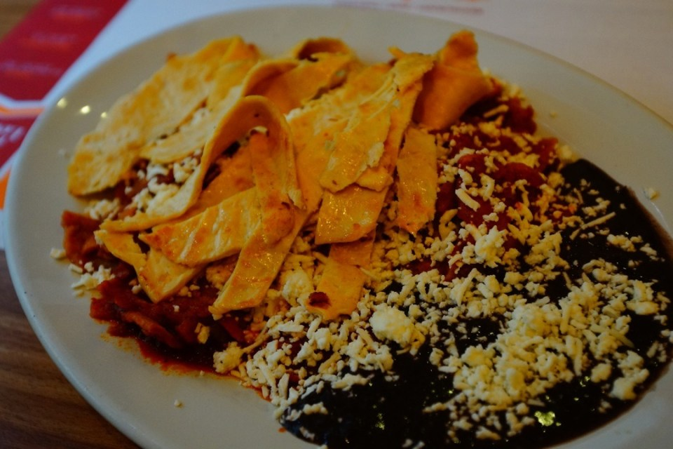 早餐吃的雞肉片配墨西哥豆。
