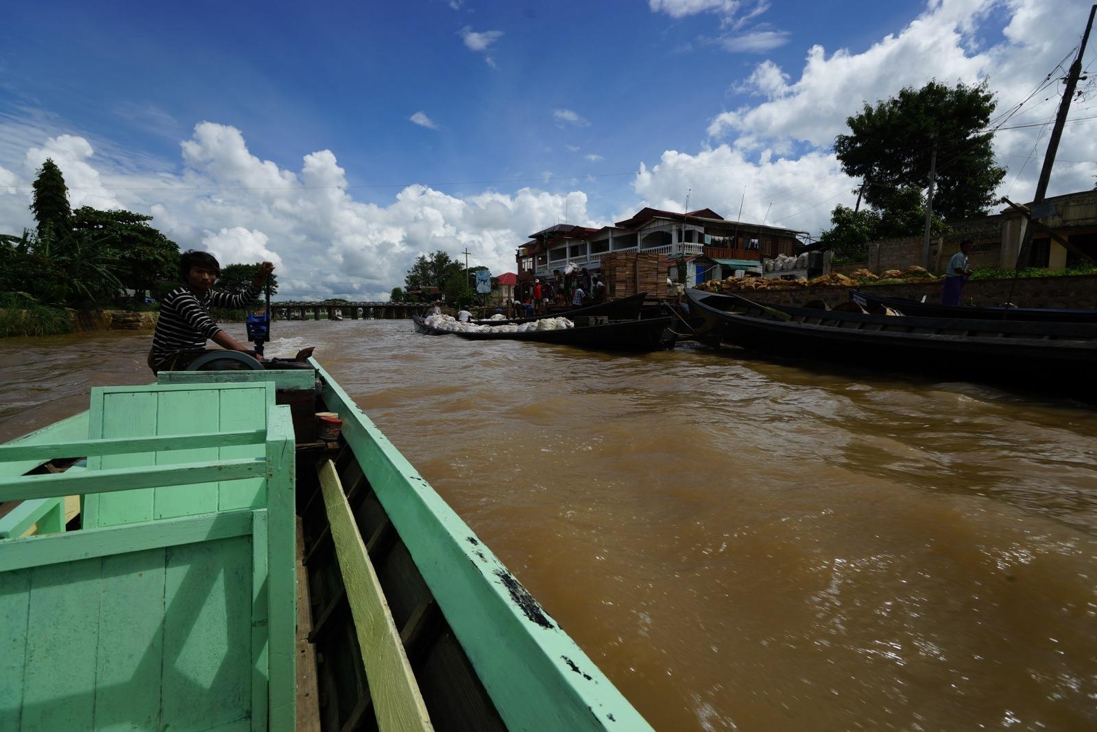 從 Nyaung Shwe 乘船遊湖及往來湖上的酒店。