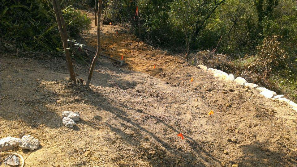 石牆砌好,鋪上泥土。