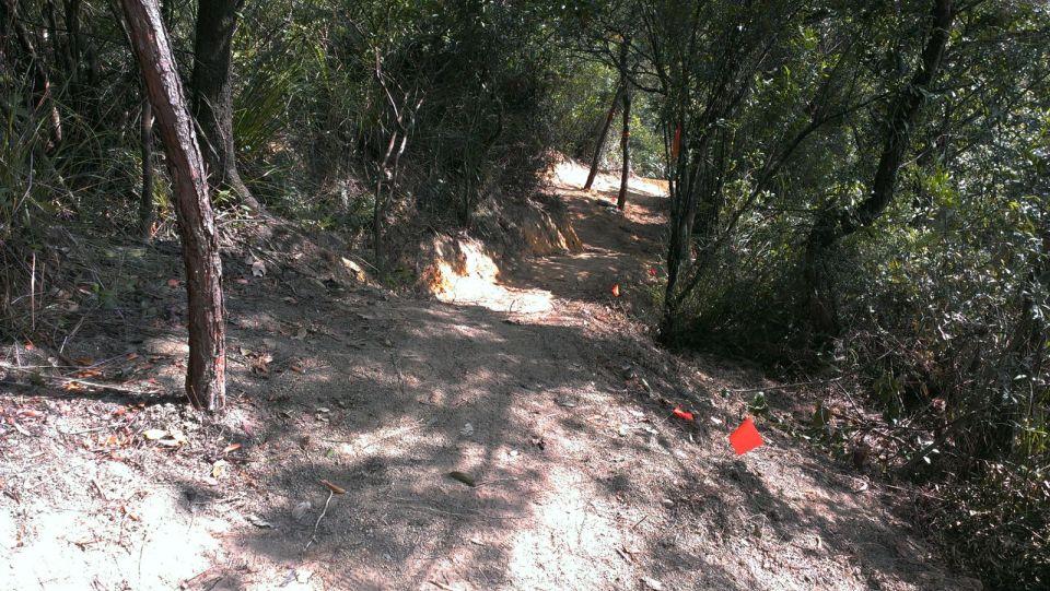 幾個泥坡後入彎。
