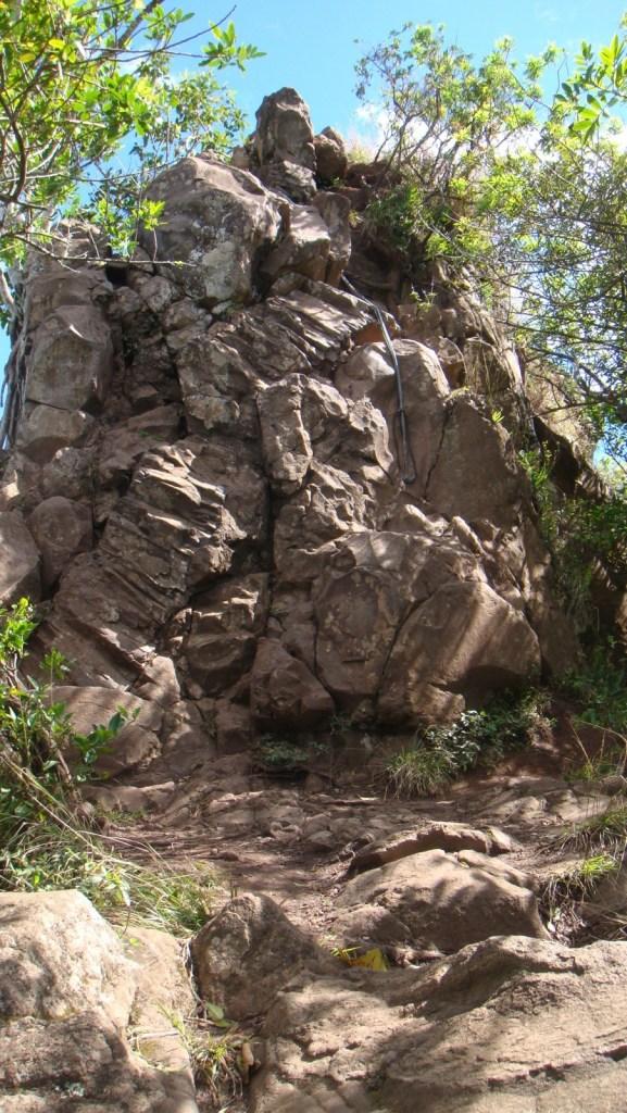 高約五米的石壁。
