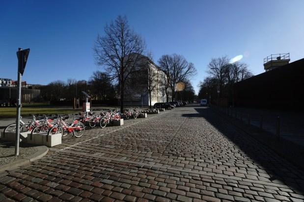 過去東西德邊界,現在只剩半點痕跡。右邊可見東德的 watch tower。