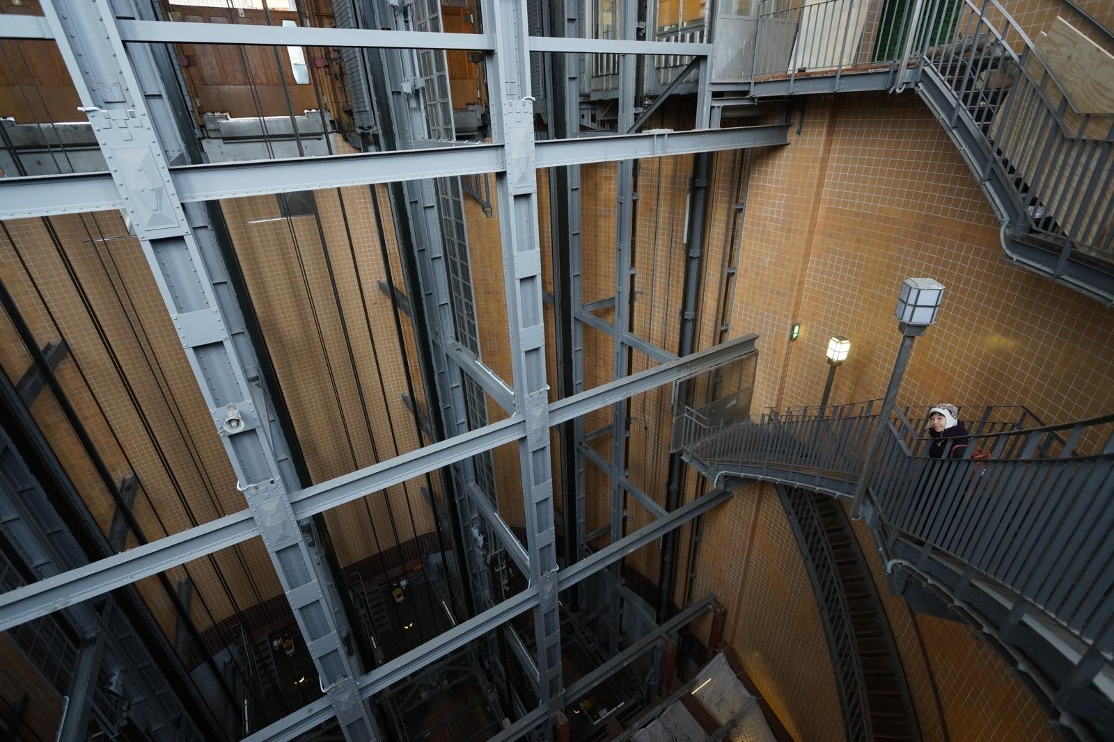 行人亦可沿樓梯往返地面及「海底」。