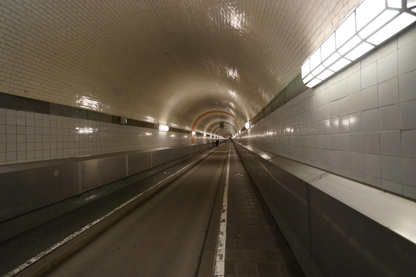 超過 1.9 米的車輛不能通過隧道。