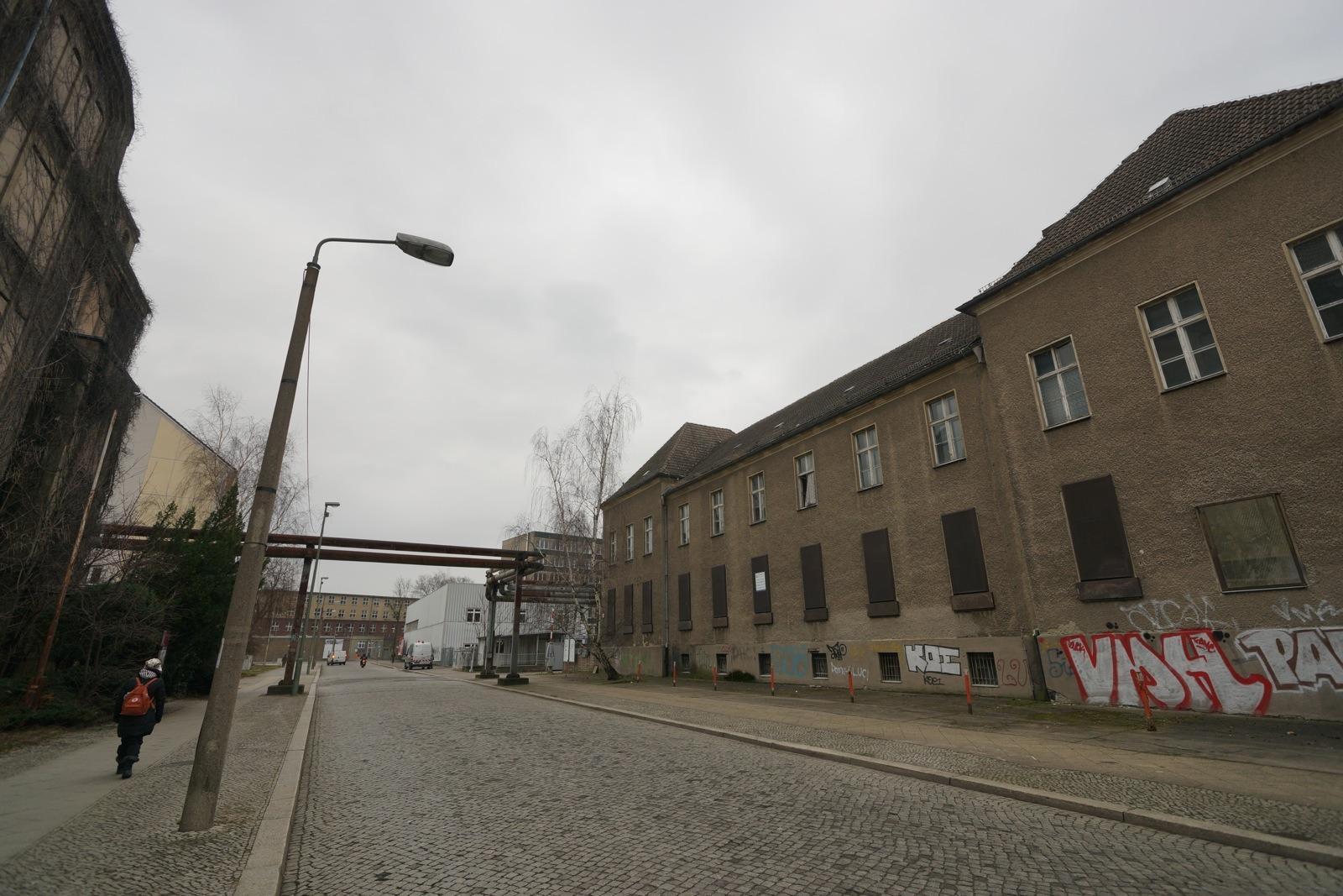 東德秘密警察辦公大樓(左)及日用品工廠(右);中間是煤氣管,過去正是監獄的大門。