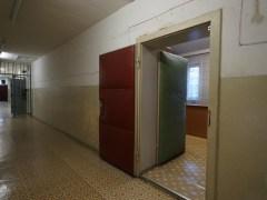 監獄內不准談話,所以獄吏的工作間也有隔音設備。