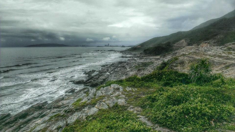 繼續往東北,沙灘漸漸變成石灘。