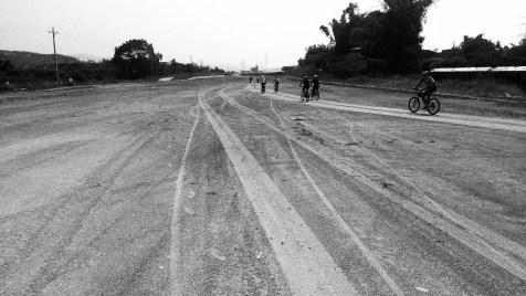 經過另一條興建中的公路,可見國內鄉郊發展迅速。