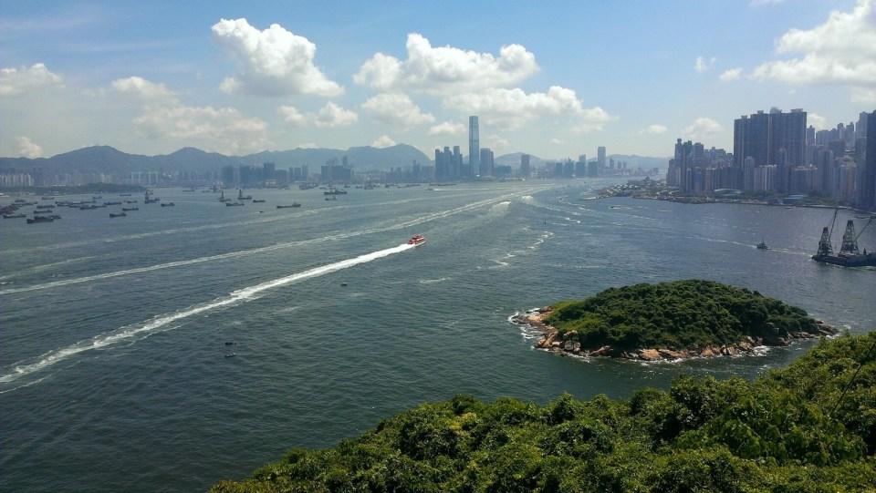 從島上一覽九龍及香港島。