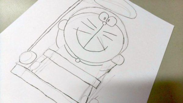 草圖完成後,以 4B 或 6B 鉛筆加強輪廓,並擦去不需要的線條。