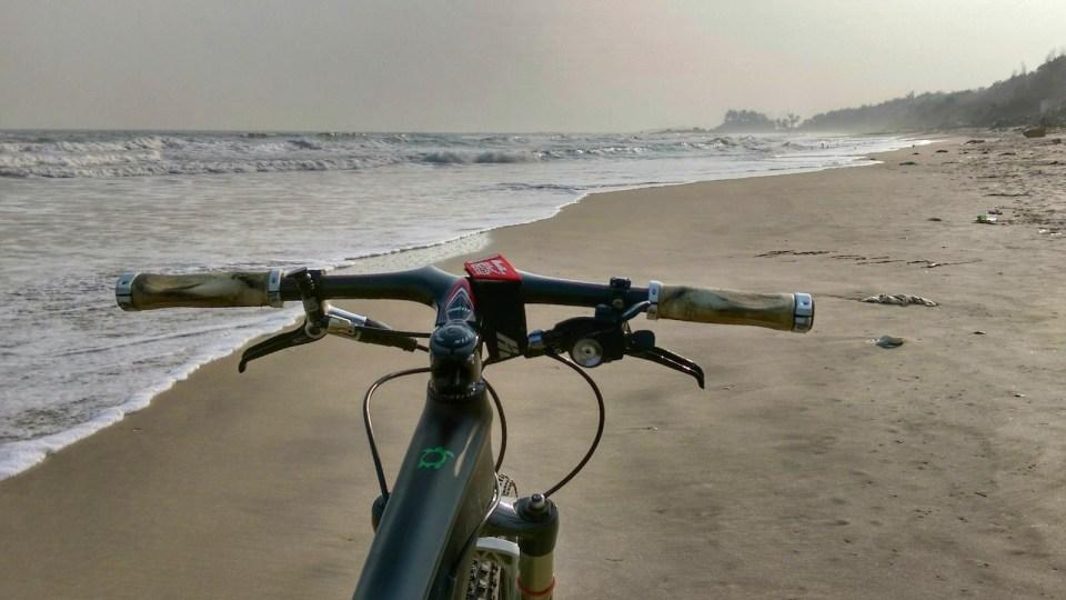 石灘往南走,是連綿幾公里的美麗沙灘。