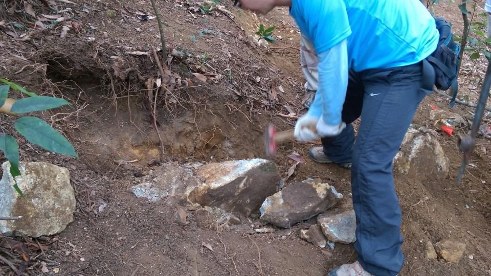用槌敲碎石塊,得出「碎片」,每小片也有十多公斤重)。