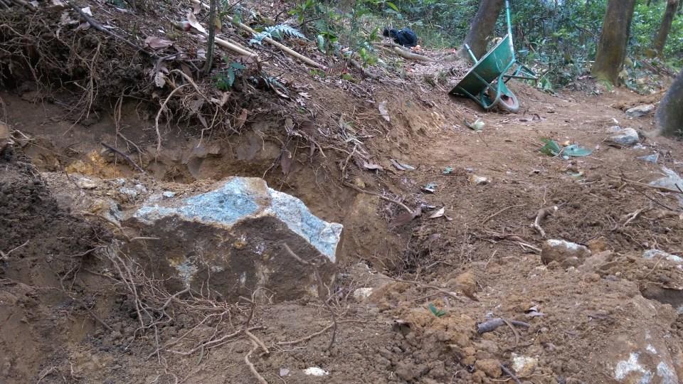 花了一小時、四五個人合力下,掘開了大石四周的泥土,不過只是石塊的小部分。