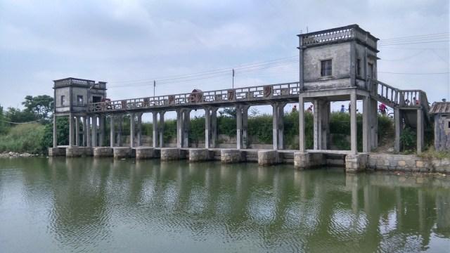 水閘正面刻有「中國共產黨萬歲」、背面有「毛澤東思想萬歲」。