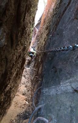 「往地獄」是鐵鏈加鐵枝的路,手腳背脊三者並用,安全下山。