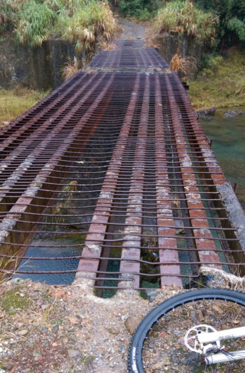 X325 的鐵橋。