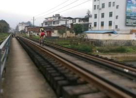在路軌上踩單車,別有風味!