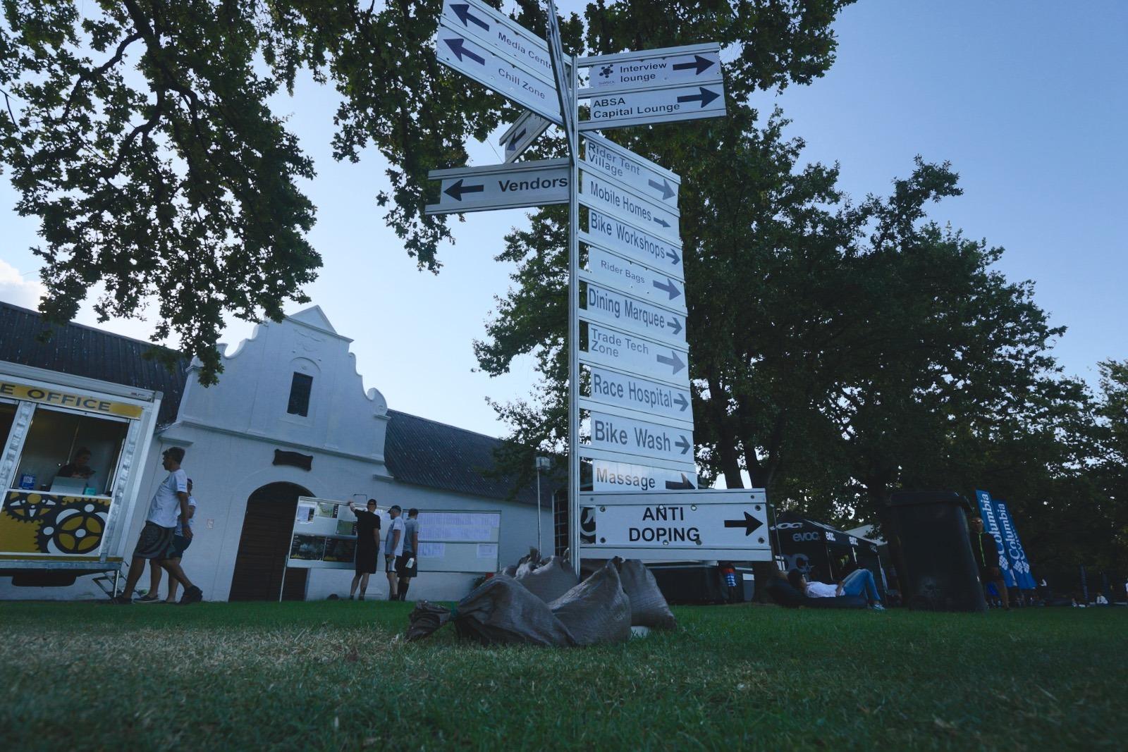 營地的路牌。