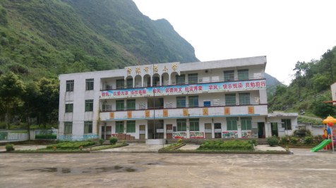 中途經過香港幸福小學,是本港同名集團捐募興建。學校尚營運中,可惜該集團……