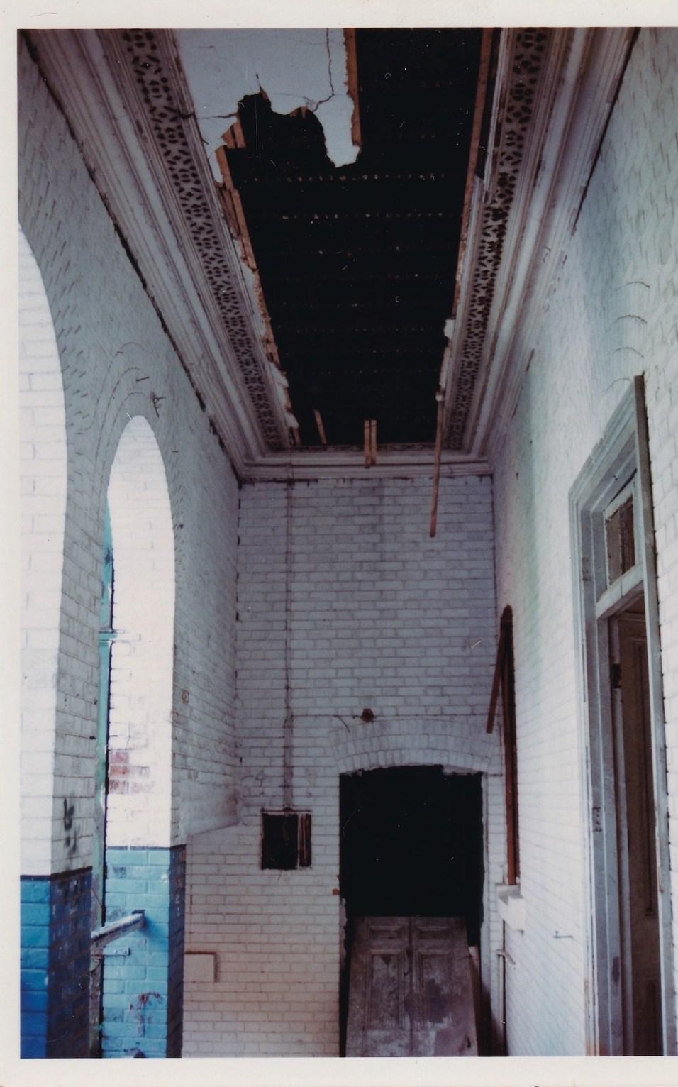 二樓向街走廊,是白色牆身。