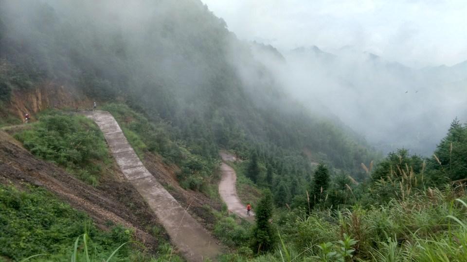 臨近山頂,路又彎又斜。